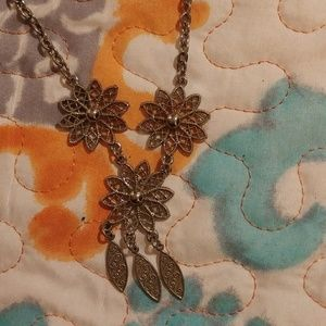 Jewelry - ❄ $2 if bundled. Cute flower necklace.